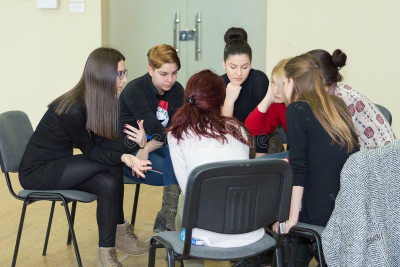 Έννοια ξεκινήματος συνεδρίασης της συνεργασίας ομάδας Θηλυκή μελέτη νέων ποικιλομορφίας που λειτουργεί από κοινού στοκ εικόνες