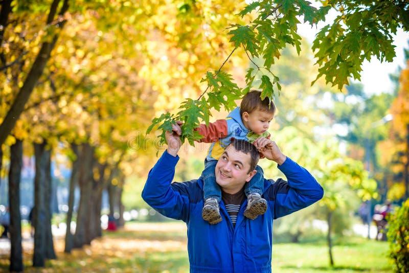 Έννοια οικογένειας, παιδικής ηλικίας και πατρότητας ευτυχής μεταφορά πατέρων στοκ φωτογραφία με δικαίωμα ελεύθερης χρήσης