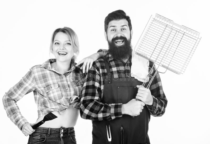 Έννοια οικογενειακών σχαρών Κοινή τεχνική Barbecuing Γενειοφόρο hipster και εύθυμη λαβή κοριτσιών που μαγειρεύουν ψήνοντας τα εργ στοκ φωτογραφία
