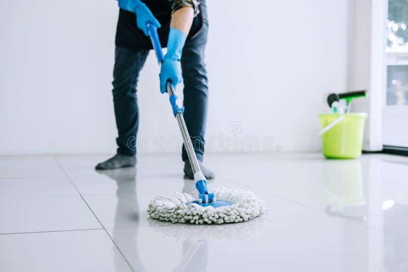 Έννοια οικοκυρικής και καθαρισμού συζύγων, ευτυχής νεαρός άνδρας στο BL στοκ φωτογραφία με δικαίωμα ελεύθερης χρήσης