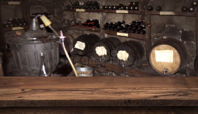 Έννοια οινοποιιών και ποτών με τον ξύλινο πίνακα για την επίδειξη προϊόντων στοκ φωτογραφία