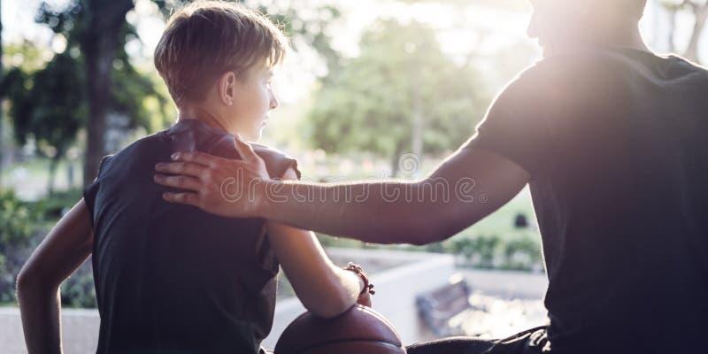 Έννοια ομάδας προγύμνασης παίχτης μπάσκετ αθλητών στοκ εικόνες