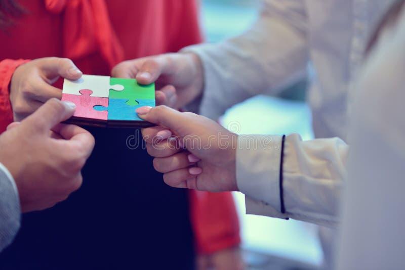 Έννοια ομάδας συνεργασίας γρίφων τορνευτικών πριονιών επιχειρηματιών στοκ φωτογραφία με δικαίωμα ελεύθερης χρήσης