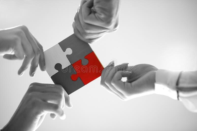 Έννοια ομάδας συνεργασίας γρίφων τορνευτικών πριονιών επιχειρηματιών στοκ εικόνες