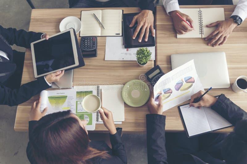 Έννοια ομαδικής εργασίας Επικοινωνία συνεδρίασης της ομάδας συνεργασίας με την επιχειρησιακή ομαδική εργασία που λειτουργεί μαζί
