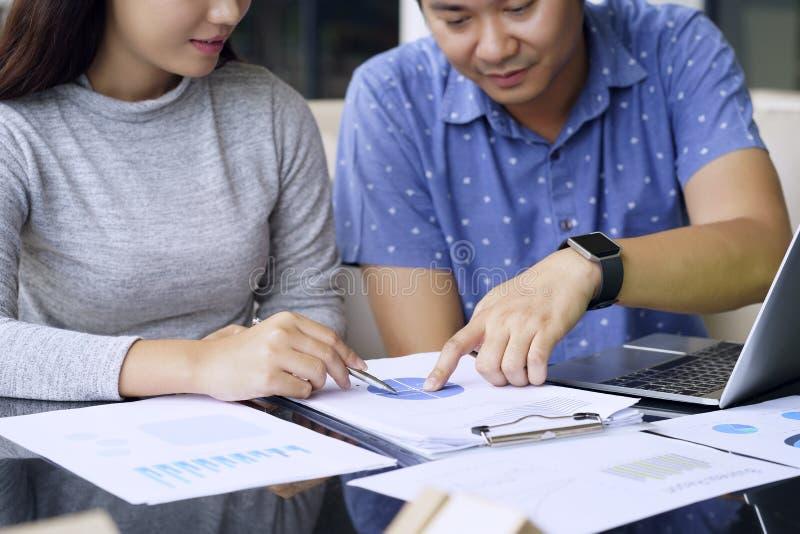 Έννοια ομαδικής εργασίας Επιχειρηματίες που μιλούν με τον προγραμματισμό της εργασίας στοκ εικόνες