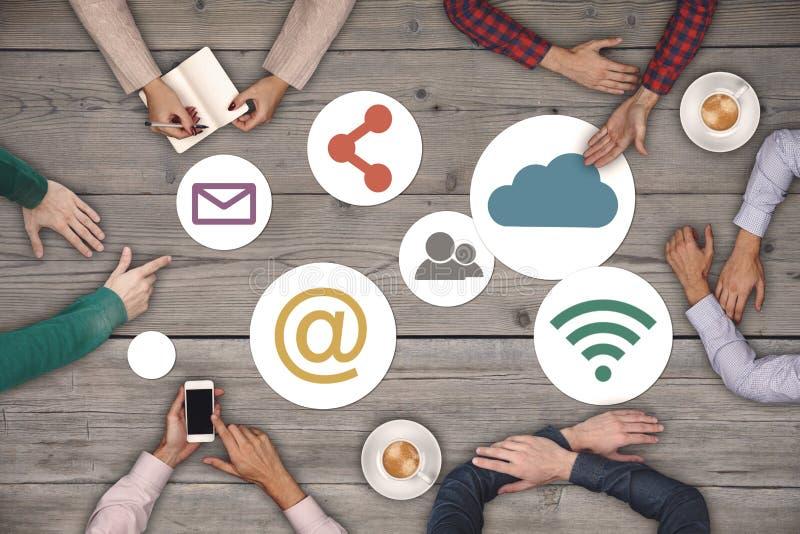 Έννοια ομαδικής εργασίας - τοπ άποψη έξι δημιουργικών ανθρώπων που απασχολούνται στην κοινωνική έννοια εικονιδίων MEDIA στοκ εικόνα