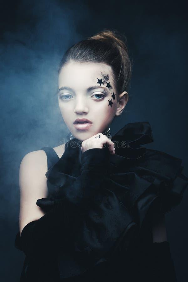 Έννοια ομορφιάς και μόδας: Μικρό κορίτσι που φορά τη μαύρη εξάρτηση δημιουργικός αποτελέστ στοκ φωτογραφίες με δικαίωμα ελεύθερης χρήσης