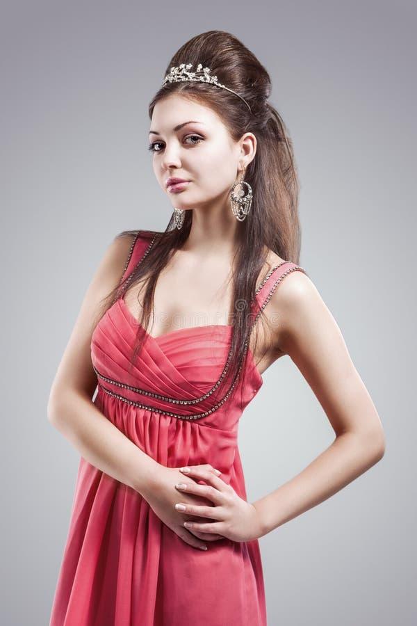 Έννοια ομορφιάς: Πορτρέτο αισθησιακού και προκλητικού καυκάσιου Brunette στοκ φωτογραφία με δικαίωμα ελεύθερης χρήσης