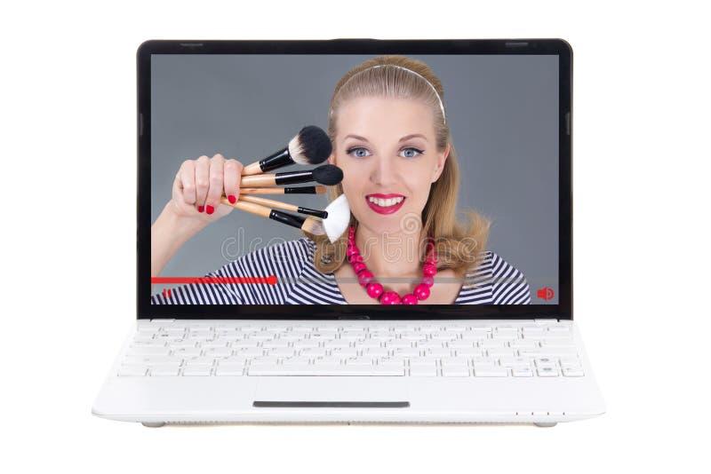 Έννοια ομορφιάς blog - η ομορφιά blogger που μιλά για αποτελεί τη βούρτσα στοκ φωτογραφίες