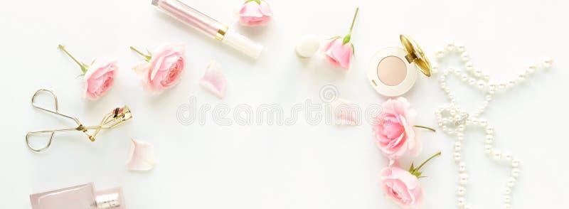 Έννοια ομορφιάς blog Θηλυκός αποτελέστε τα εξαρτήματα και τα τριαντάφυλλα στοκ εικόνες με δικαίωμα ελεύθερης χρήσης