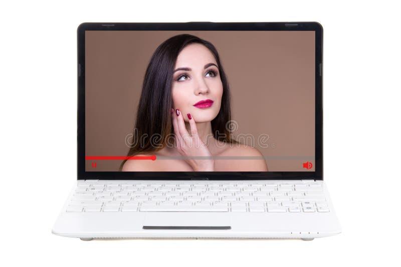 Έννοια ομορφιάς blog - όμορφο κορίτσι στην οθόνη lap-top στοκ φωτογραφία με δικαίωμα ελεύθερης χρήσης