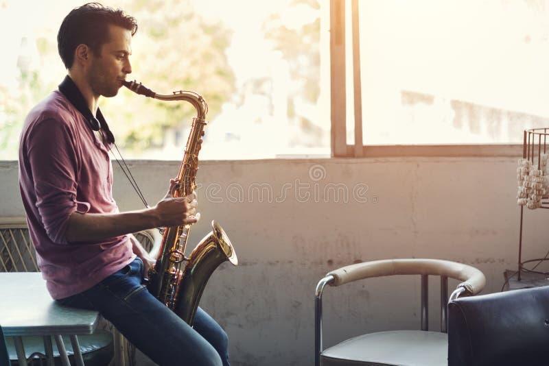 Έννοια οργάνων της Jazz συμφωνικών μουσικών Saxophone στοκ φωτογραφίες