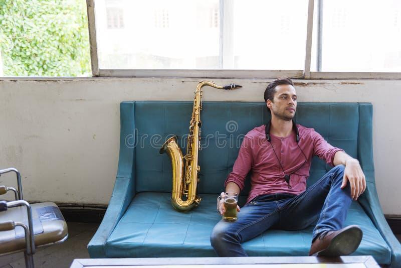 Έννοια οργάνων της Jazz συμφωνικών μουσικών Saxophone στοκ φωτογραφία