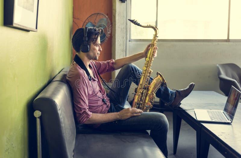 Έννοια οργάνων της Jazz συμφωνικών μουσικών Saxophone στοκ εικόνα