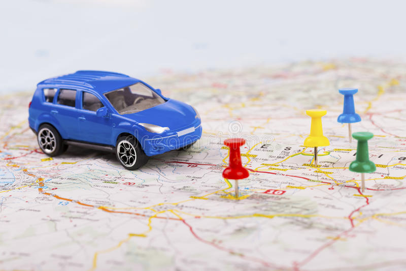Έννοια οδικού ταξιδιού, αυτοκίνητο με τα σημεία προορισμού στο χάρτη στοκ φωτογραφία με δικαίωμα ελεύθερης χρήσης