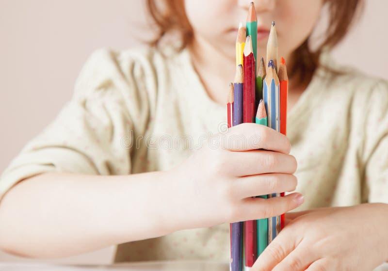 Έννοια: ο κόσμος είναι ζωηρόχρωμος και θαυμάσιος Χαριτωμένος λίγο κορίτσι παιδιών με τα χρωματισμένα μολύβια στοκ εικόνα με δικαίωμα ελεύθερης χρήσης