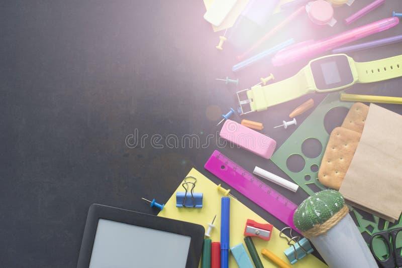 Έννοια πίσω στα χαρτικά μπισκότων γραμμών κιμωλίας σχολικών ρολογιών στο μαύρο υπόβαθρο στοκ φωτογραφία με δικαίωμα ελεύθερης χρήσης