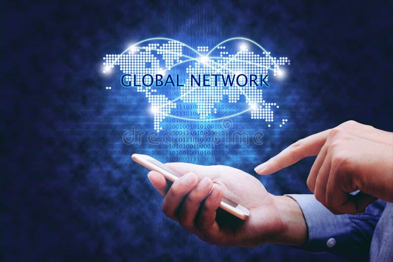 Έννοια παγκόσμιων δικτύων, άτομο χεριών που κρατά το κινητά τηλέφωνο και το virtua στοκ εικόνα με δικαίωμα ελεύθερης χρήσης