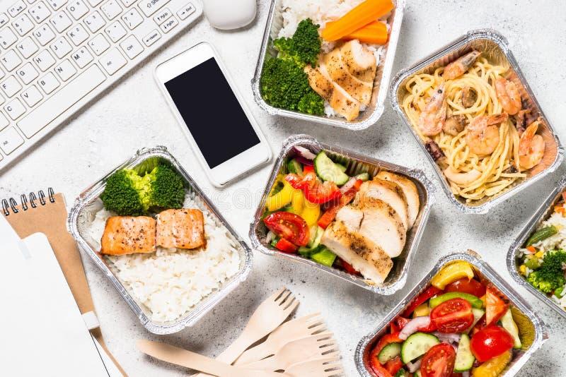 Έννοια παράδοσης τροφίμων - υγιές μεσημεριανό γεύμα στα κιβώτια στοκ εικόνες