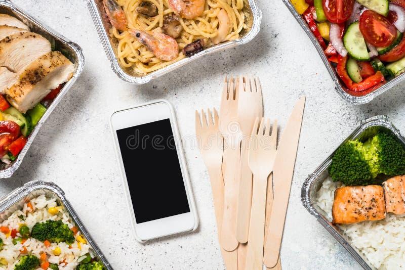 Έννοια παράδοσης τροφίμων - υγιές μεσημεριανό γεύμα στα κιβώτια στοκ φωτογραφίες