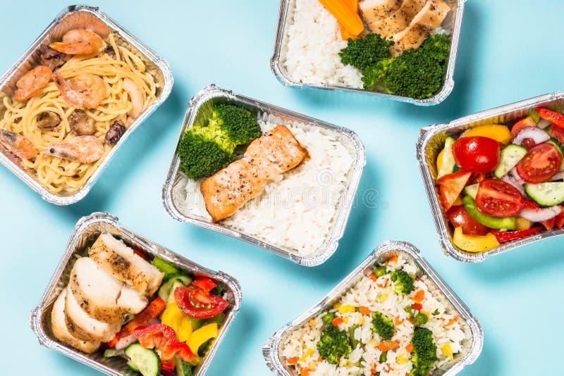 Έννοια παράδοσης τροφίμων - υγιές μεσημεριανό γεύμα στα κιβώτια στοκ φωτογραφίες με δικαίωμα ελεύθερης χρήσης