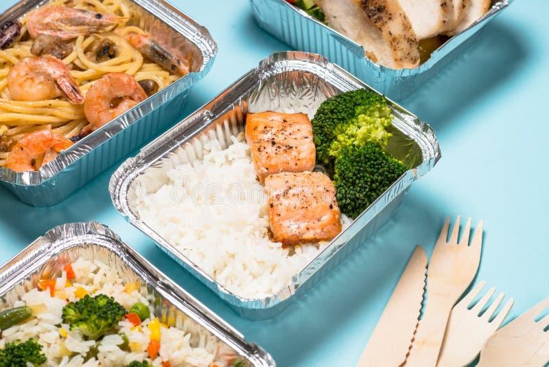 Έννοια παράδοσης τροφίμων - υγιές μεσημεριανό γεύμα στα κιβώτια στοκ φωτογραφία
