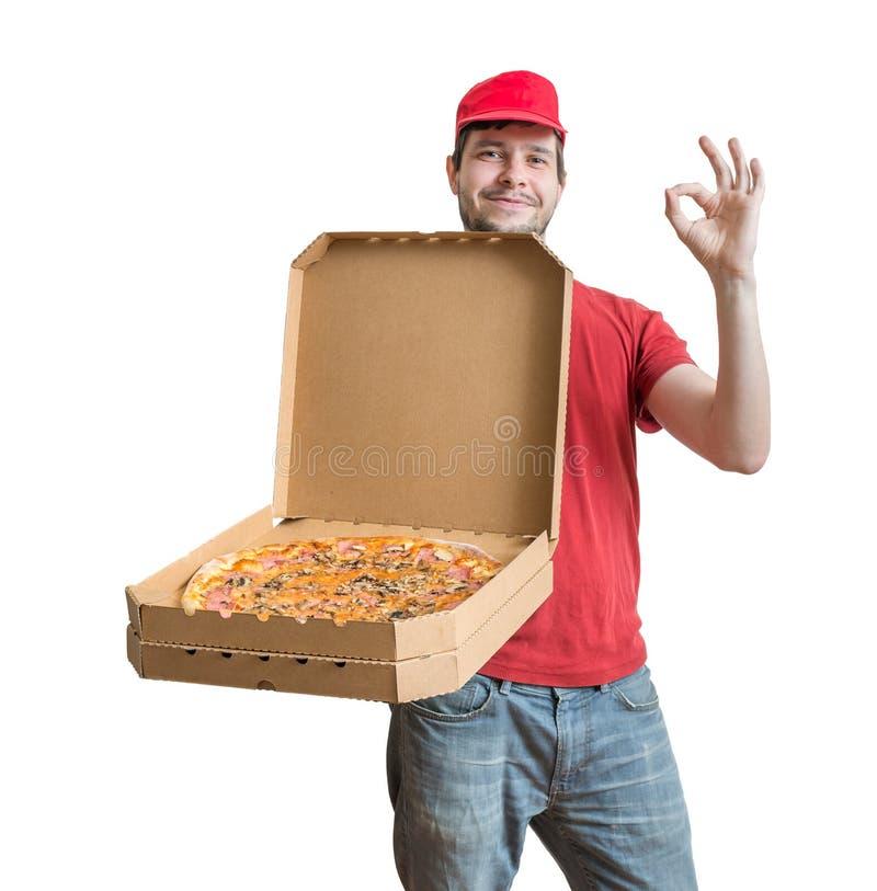 Έννοια παράδοσης πιτσών Ο νεαρός άνδρας κρατά και παρουσιάζει ανοιγμένο κιβώτιο με την πίτσα στοκ φωτογραφίες με δικαίωμα ελεύθερης χρήσης