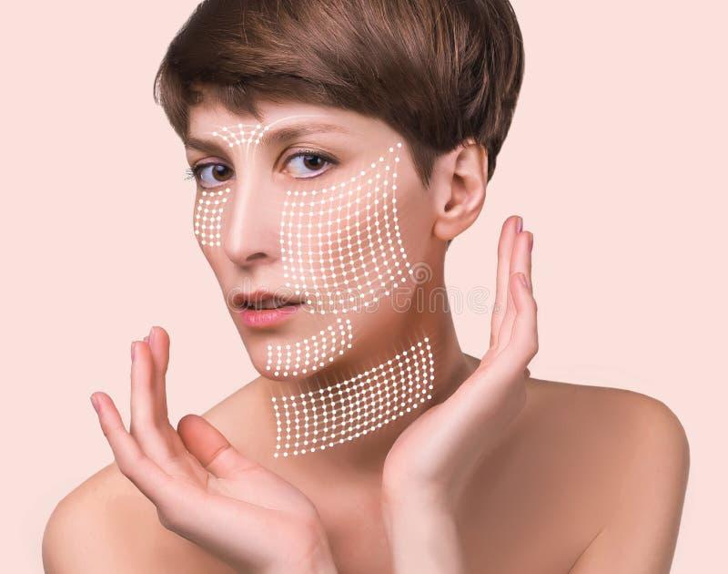 Έννοια πλαστικής χειρουργικής δερμάτων Πρόσωπο γυναικών με τα σημάδια και τα βέλη στοκ φωτογραφία