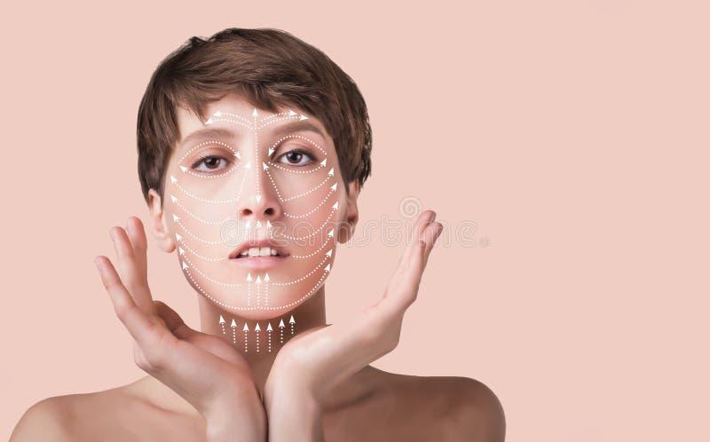 Έννοια πλαστικής χειρουργικής δερμάτων Πρόσωπο γυναικών με τα σημάδια και τα βέλη στοκ φωτογραφίες με δικαίωμα ελεύθερης χρήσης