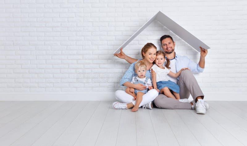 Έννοια που στεγάζει μια νέα οικογένεια πατέρας και παιδιά μητέρων στο ν στοκ φωτογραφία
