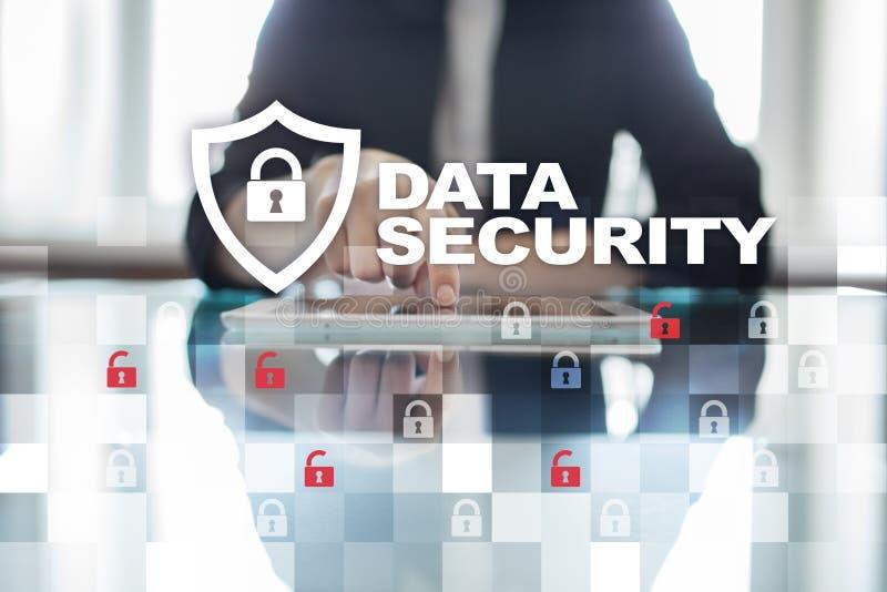 Έννοια προστασίας δεδομένων και cyber ασφάλειας στην εικονική οθόνη στοκ φωτογραφίες