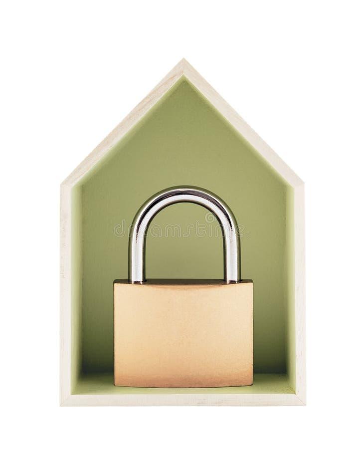 Έννοια προστασίας σπιτιών Μικρό ξύλινο σπίτι με το λουκέτο μετάλλων στοκ εικόνες