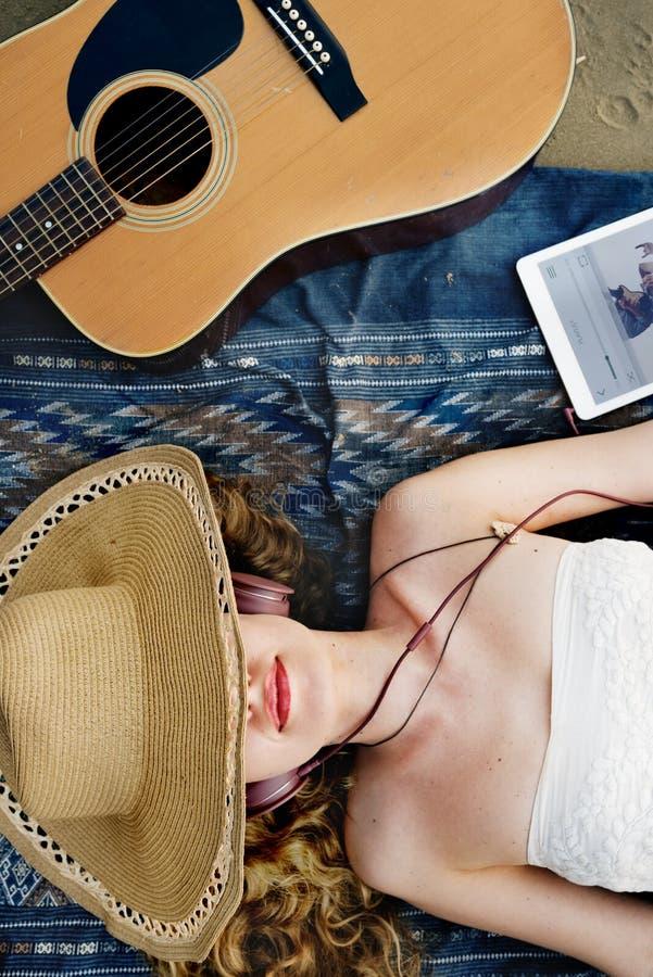 Έννοια ρυθμού ακουστικών τραγουδιού μουσικής παραλιών κιθάρων κοριτσιών στοκ φωτογραφία με δικαίωμα ελεύθερης χρήσης