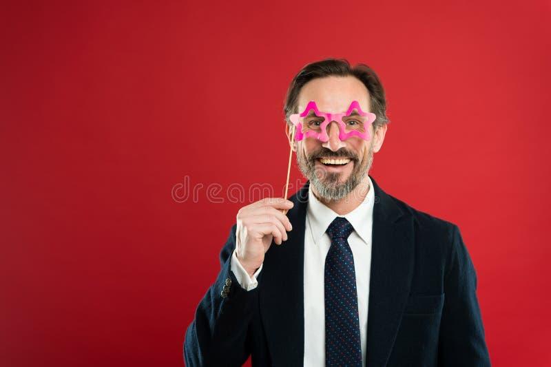 Έννοια σούπερ σταρ Το άτομο κρατά eyeglasses στηριγμάτων κομμάτων Επίσημο κοστούμι ένδυσης προϊσταμένων ή επιχειρηματιών που θέτε στοκ φωτογραφία με δικαίωμα ελεύθερης χρήσης