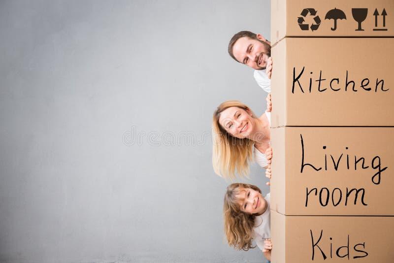 Έννοια σπιτιών ημέρας οικογενειακών νέα σπιτιών κινούμενη στοκ φωτογραφίες