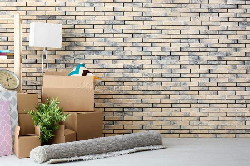 Έννοια σπιτιών κίνησης Κιβώτια και περιουσίες χαρτοκιβωτίων στοκ εικόνα με δικαίωμα ελεύθερης χρήσης