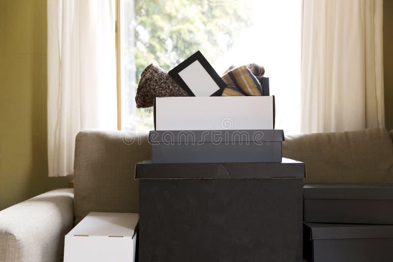 Έννοια σπιτιών κίνησης Κιβώτια χαρτοκιβωτίων, κιβώτια παπουτσιών και περιουσίες στο γ στοκ εικόνα