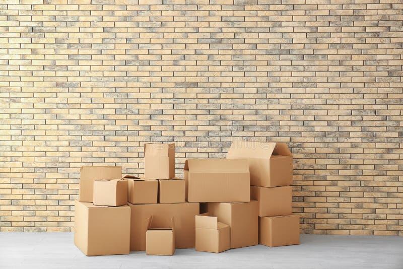 Έννοια σπιτιών κίνησης Κιβώτια χαρτοκιβωτίων στο πάτωμα στοκ εικόνα