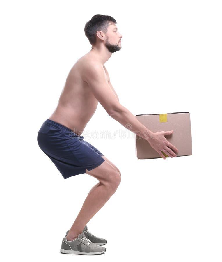 Έννοια στάσης Άτομο που ανυψώνει το βαρύ κουτί από χαρτόνι στοκ φωτογραφία με δικαίωμα ελεύθερης χρήσης