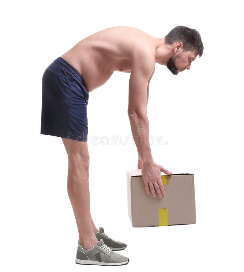Έννοια στάσης Άτομο που ανυψώνει το βαρύ κουτί από χαρτόνι στοκ εικόνα