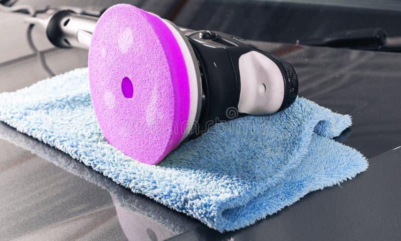 Έννοια στίλβωσης αυτοκινήτων Buffing και στίλβωσης αυτοκίνητο Απαρίθμηση αυτοκινήτων Στιλβωτής και microfiber ύφασμα στην κουκούλ στοκ εικόνες