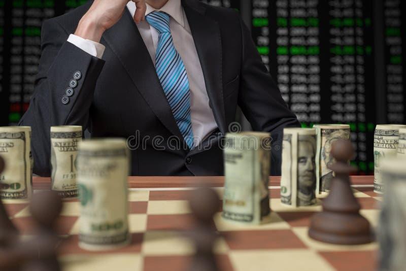 Έννοια στρατηγικής επένδυσης Το άτομο παίζει το σκάκι με τα χρήματα στοκ φωτογραφίες με δικαίωμα ελεύθερης χρήσης