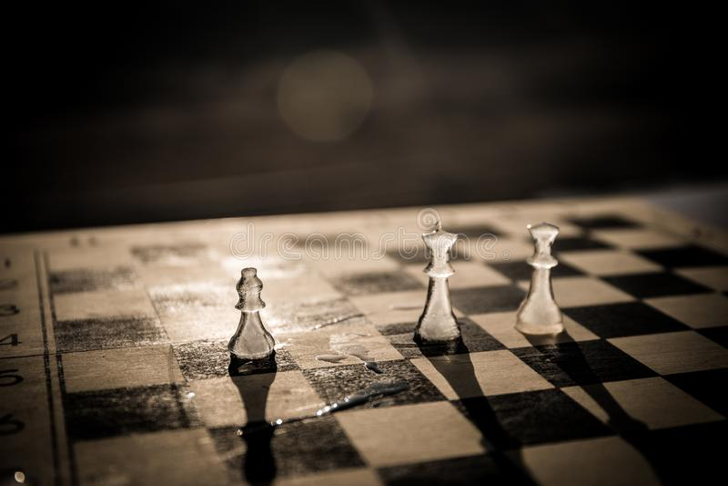 Έννοια στρατηγικής και τακτικής Παγωμένοι παγωμένοι αριθμοί σκακιού που στέκονται σε μια σκακιέρα κατά τη διάρκεια του ηλιοβασιλέ στοκ εικόνες