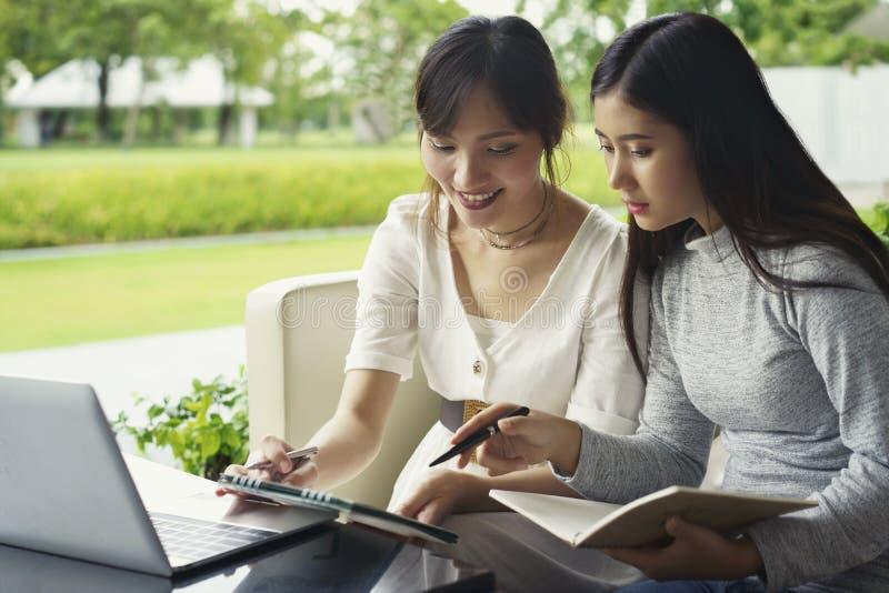 Έννοια συνεδρίασης της ομαδικής εργασίας, επιχειρηματίες που μιλά με τον προγραμματισμό στοκ εικόνα