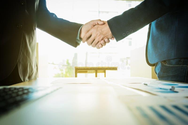 Έννοια συνεδρίασης της επιχειρησιακής συνεργασίας Handsha εικόνας businessmans στοκ φωτογραφίες