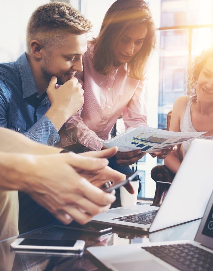 Έννοια συνεδρίασης του 'brainstorming' ομαδικής εργασίας ποικιλομορφίας ξεκινήματος Σφαιρικό έγγραφο εκθέσεων οικονομίας διανομής στοκ εικόνες
