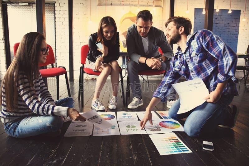 Έννοια συνεδρίασης του 'brainstorming' ομαδικής εργασίας ποικιλομορφίας ξεκινήματος Σφαιρικό lap-top οικονομίας διανομής συναδέλφ στοκ εικόνα με δικαίωμα ελεύθερης χρήσης
