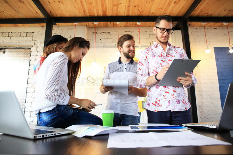Έννοια συνεδρίασης του 'brainstorming' ομαδικής εργασίας ποικιλομορφίας ξεκινήματος Συνάδελφοι επιχειρησιακής ομάδας που μοιράζον στοκ εικόνα με δικαίωμα ελεύθερης χρήσης