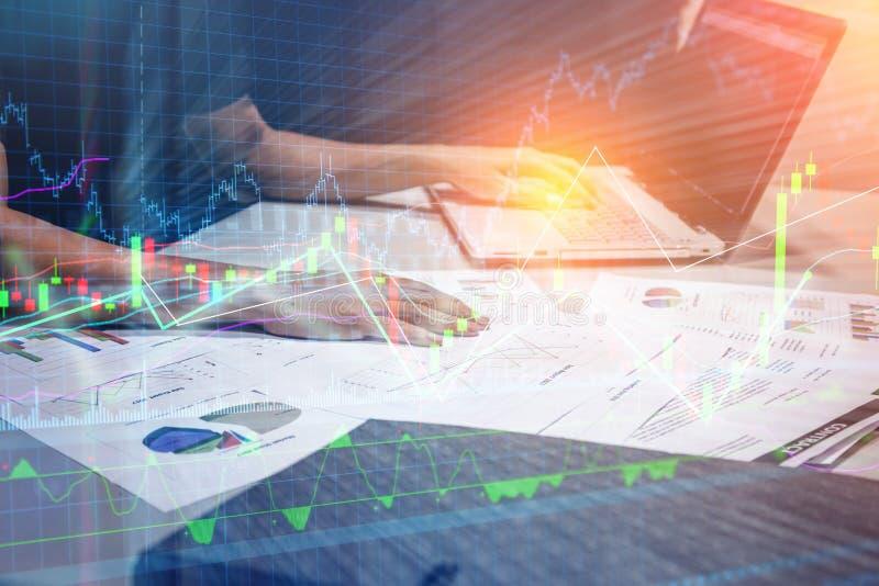 Έννοια συνεδρίασης των ομάδων ανάλυσης μάρκετινγκ Νέο πλήρωμα επιχειρηματιών στοκ φωτογραφίες
